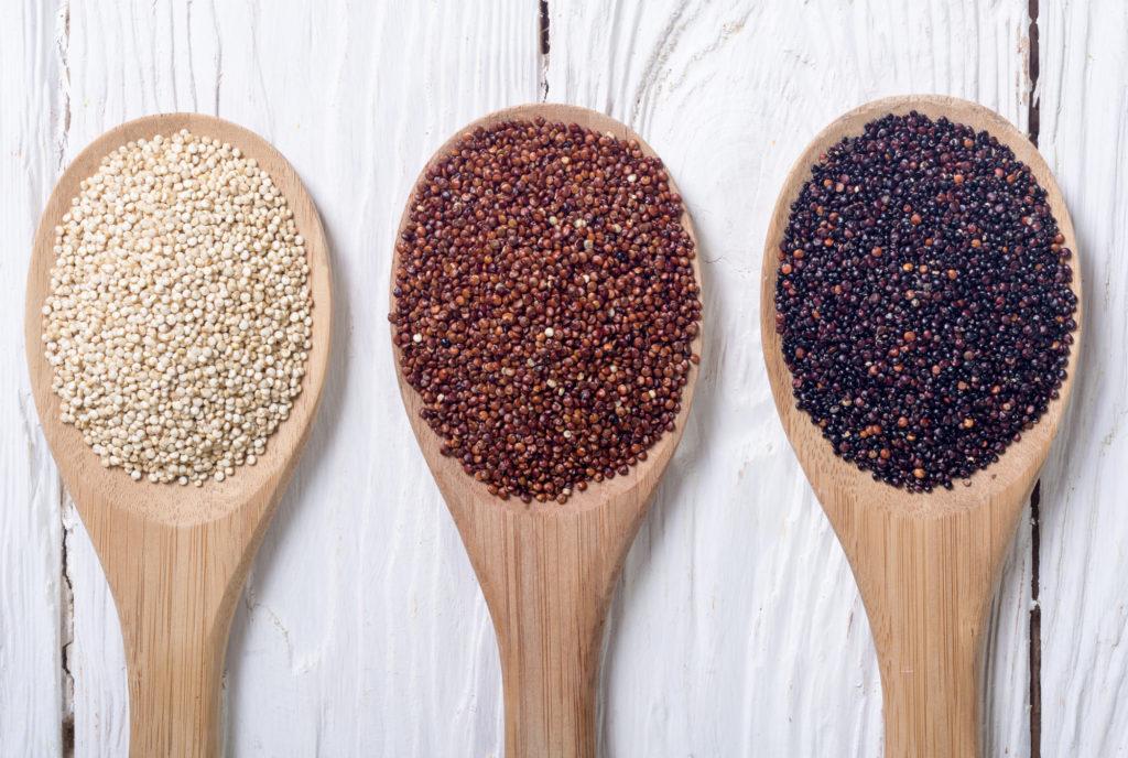 Белые, тёмно-коричневые и красные семена киноа