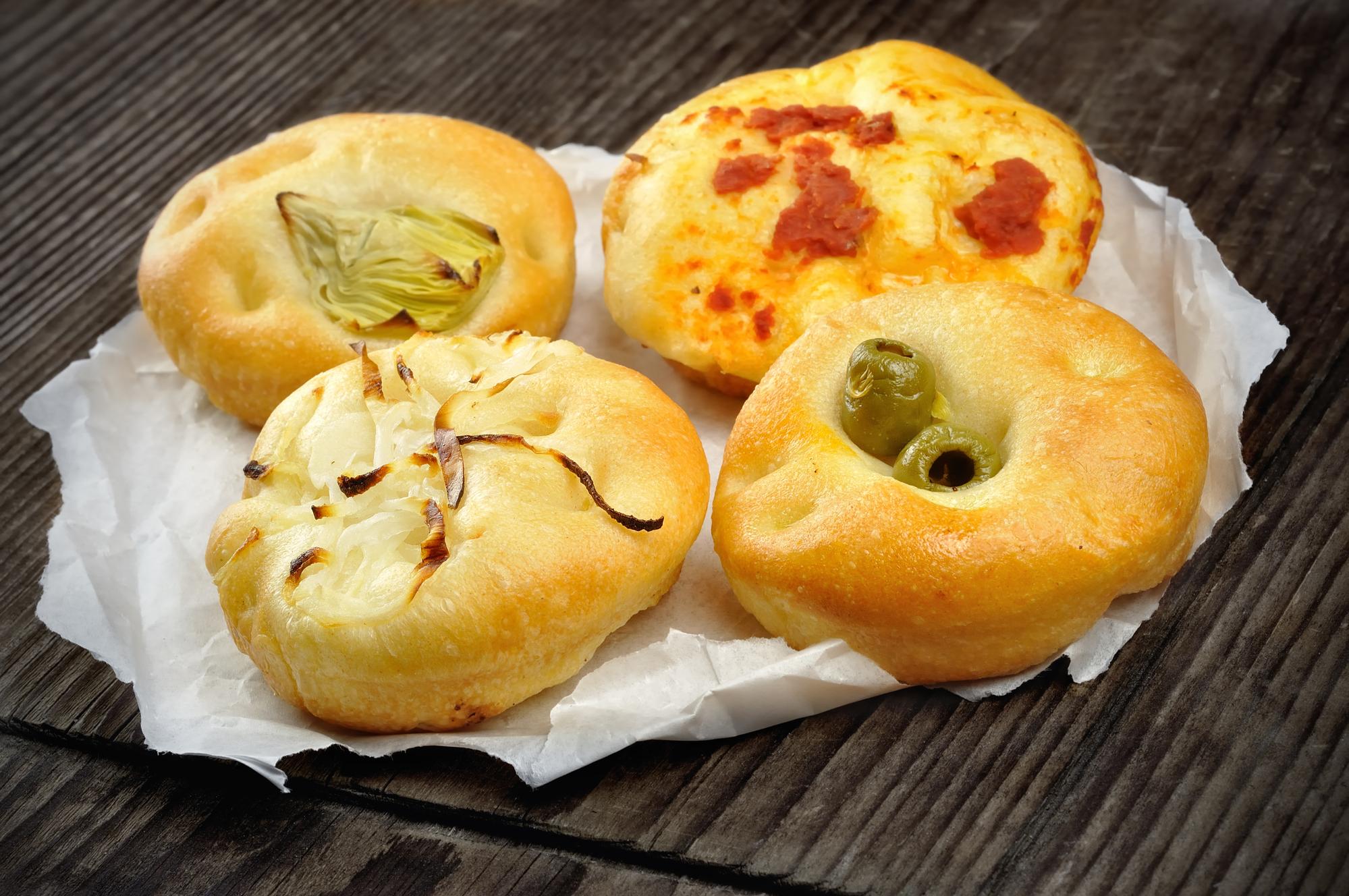 Маленькие пиццы с луком, оливками, артишоком и помидор